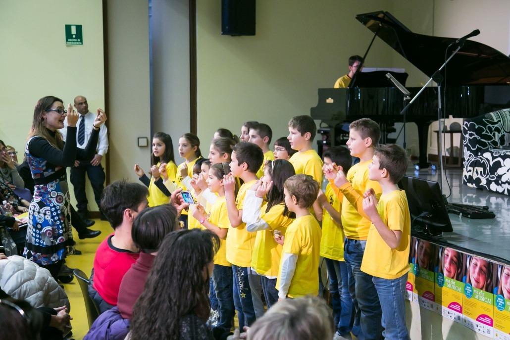 """Il M° Tamara Mansutti e il coro """"Sidorela"""", al pianoforte il professor Giovanni Molaro"""